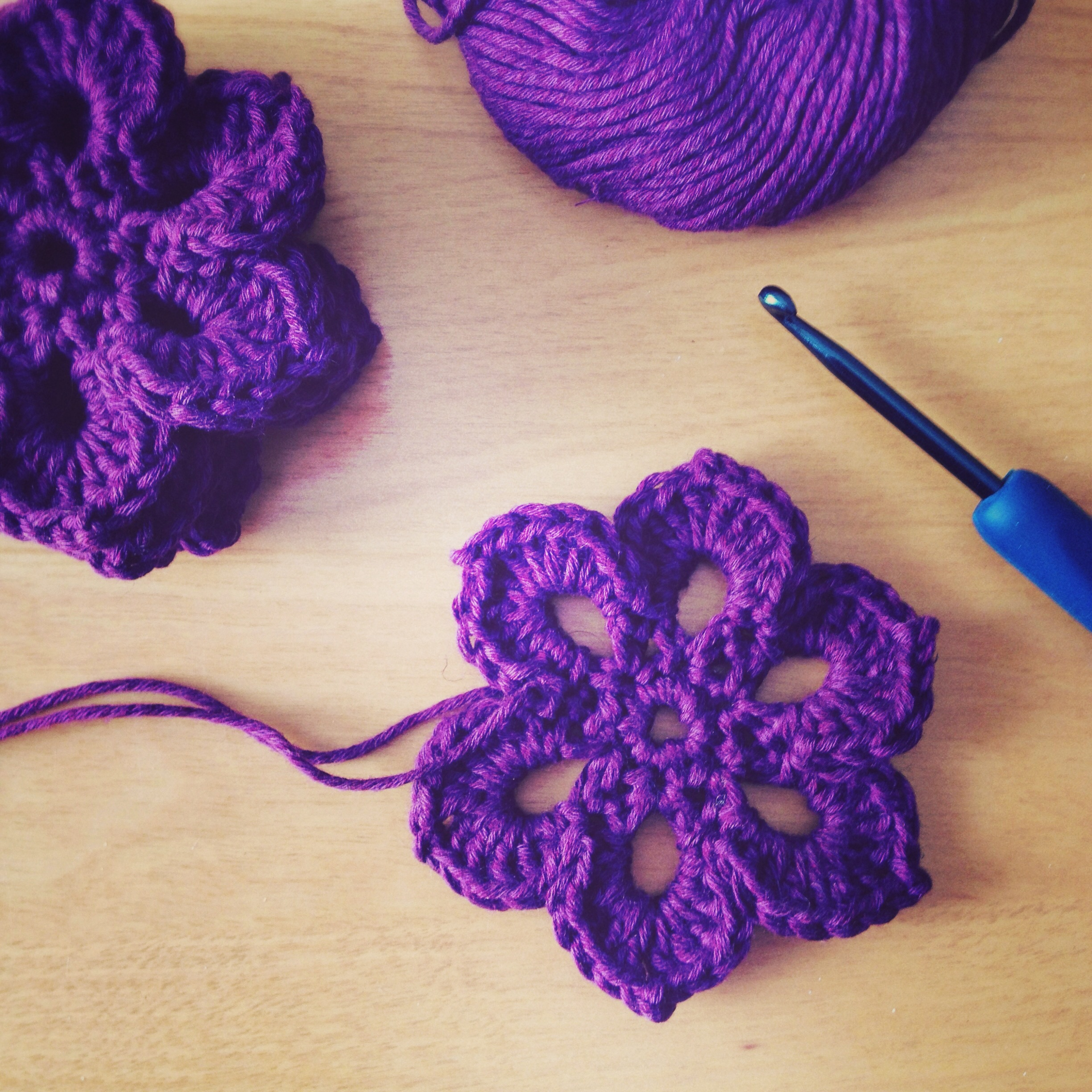 Crocheting A Flower : Crochet Motif Flower for Scarf Deux Brins de Maille